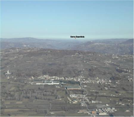 in primo piano la pianura di Bojano; sullo sfondo Serra Guardiola.