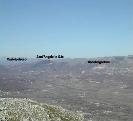 """in basso a sn. sommità del """"collis Samnius"""" o """"colle sacro"""", con vista sulla pianura ovest di Bojano; sullo sfondo tre degli antichi insediamenti montani a difesa della capitale BOVAIANOM."""