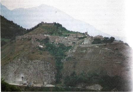 """ROCCA BOJANO: in alto il """"castello"""" ed il borgo medioevale visto da est."""