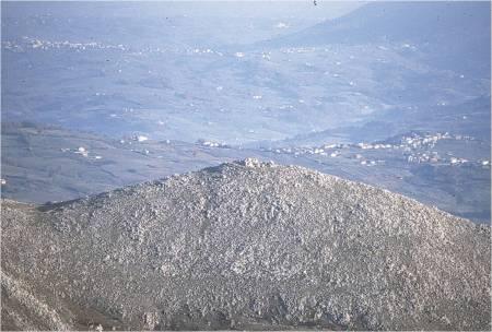 monte Crocella, già colle Pagano (mt. 1070 s.l.m.). sito di una fortificazione sannitica (visto da nord) a controllo  e difesa di BOVAIANOM/BOVIANUM/BOVIANO/BOJANO, della pianura e del tratturo Pescasseroli-Candella. centro di comunicazione di controllo di tutto il territorio dei PENTRI.