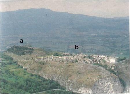 """Il """"castrum"""" denominato """"Rocca Bojano"""" visto da sud: il """"castello"""" (a) ed il """"borgo""""(b)."""