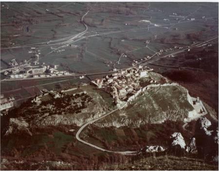 """Il castello (sn.) ed il borgo medioevale (ds.) di """"Rocca Bojano"""", oggi Civita Superiore."""