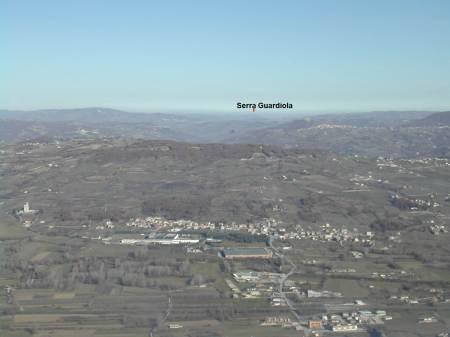 da monte Crocella all'orizzonte nord-est la cima di Serra Guardiola diGuardialfiera ed a ds. le cime prosime a Casacalenda.