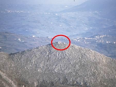 monte Crocella, particolare della cima con la fortificazione sannitica. (vista da sud).