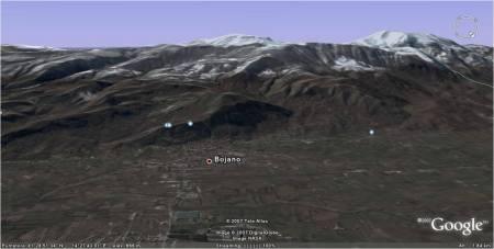 La città di Bojano alle falde del Matese settentrionale e la sua vasta pianura.