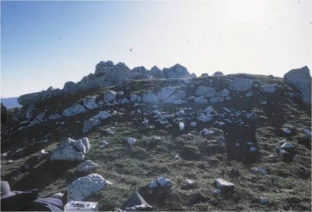 monte Crocella/colle pagano: terrazzamento della fortificazione. (visto da nord).