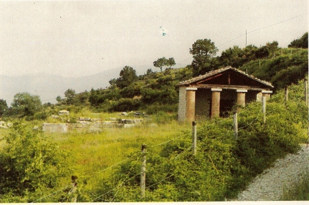 """Schiavi d'Abruzzo: i due """"templi italici"""". (a ds. il """"tempio minore""""."""